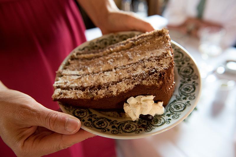 Wer hier einkehrt sollte unbedingt die hausgemachten Kuchen und Torten von Chefin Waltraud probieren
