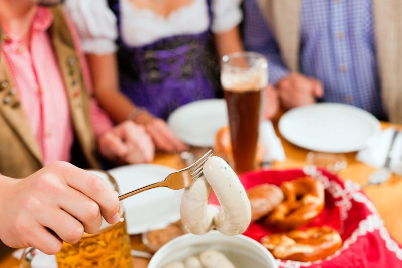 Weißwurst zuzeln und essen. Typisch Bayerisch!