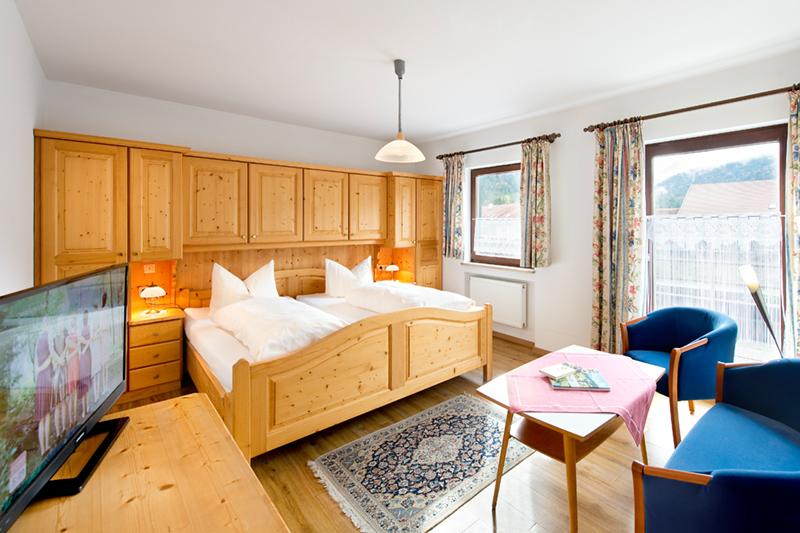 Kleines Hotel mit Zimmern im modernen bayerischen Stil