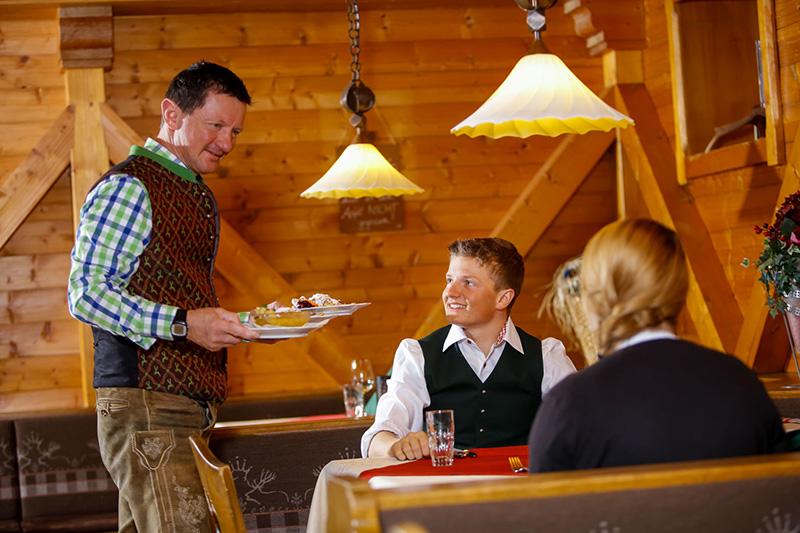 Die ausgezeichnete Tiroler Küche leitet im Hotel Edelweiss in Hochfilzen der Chef selbst