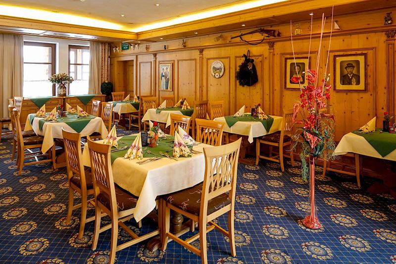 Das urige Restaurant des Hotel Edelweiss ist auch der perfekte Stop auf Deiner Durchreise - ob Rad- oder Motorradtour