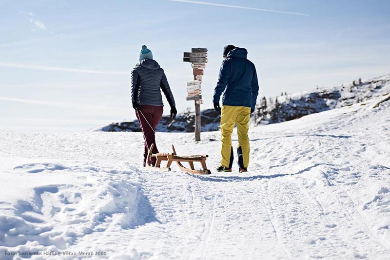 Rodeln ist ein Spaß für die ganze Familie und bringt Abwechslung in den Winterurlaub in Südtirol. Mit der fantastischen, 2,8 km langen Naturrodelbahn im Skigebiet Meran 2000 kommt so richtig Freude auf.