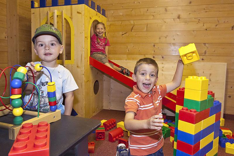 Spielzimmer und eine Videospiel-Ecke für die Kids