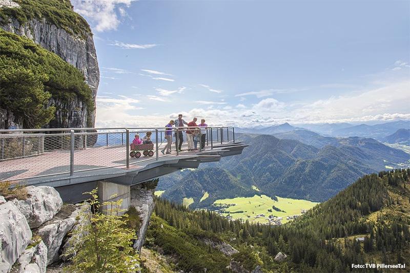 Neben dem Entdeckerpfad Triassic Trail gehört die 70 Meter über dem Abgrund angebrachte gläserne Aussichtsplattform zu den spektakulären Höhepunkten im Triassic Parc im Pillerseetal