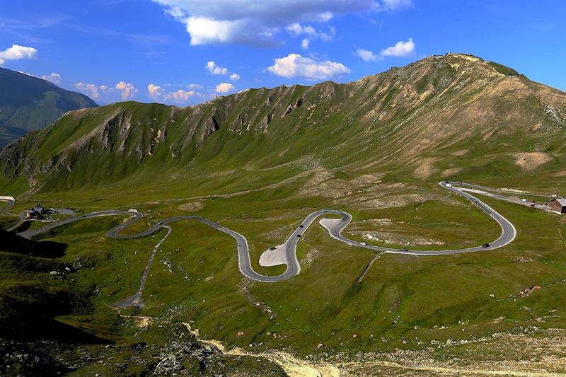 Kurvenreiche Pässe, beeindruckende Landschaften und traumhafte Ausblicke erwarten Dich auf den auserwählten Motorradtouren rund um das PillerseeTal