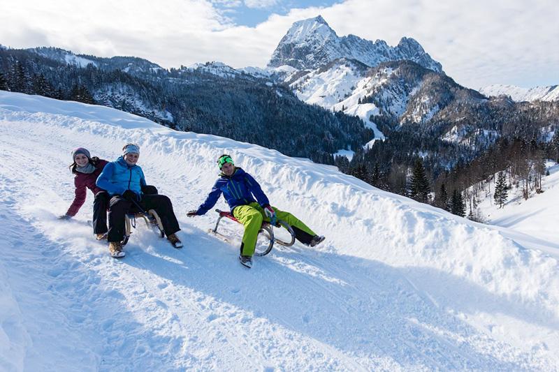 Die tief verschneite Winterlandschaft im PillerseeTal lädt zu zahlreichen Aktivitäten ein, auch abseits der Piste. Rein in die warme Winterkleidung und raus in die Natur! Wie wäre es mit einer lustigen Rodelpartie?