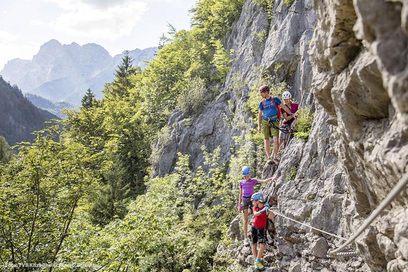 Atemberaubende Kletterfelsen, zahlreiche Sportkletterrouten und Klettersteige sowie Klettergärten erwarten Dich im Pillerseetal in Tirol