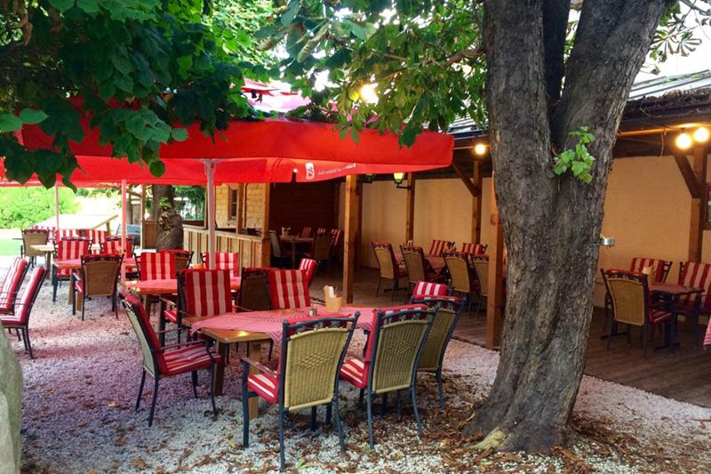 Speisen kannst Du im Sommer im schattigen Biergarten oder auf der belebten Terrasse genießen