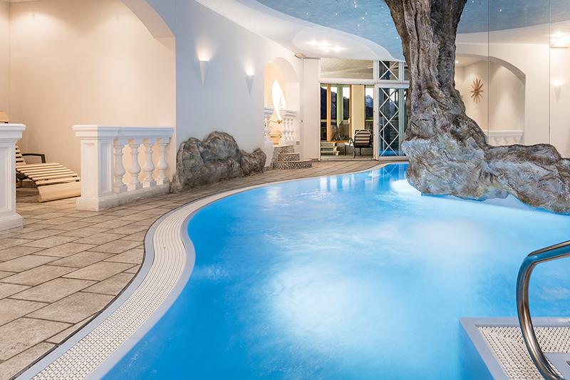 Das Erlebnis-Hallenbad mit einer Wassertemperatur von 29-32°C, Wasserfall und Sprudel ist mit seinen 65m² ein Traum für Jung und Alt! Auch am Abend ist es zugänglich für romantische Stunden…