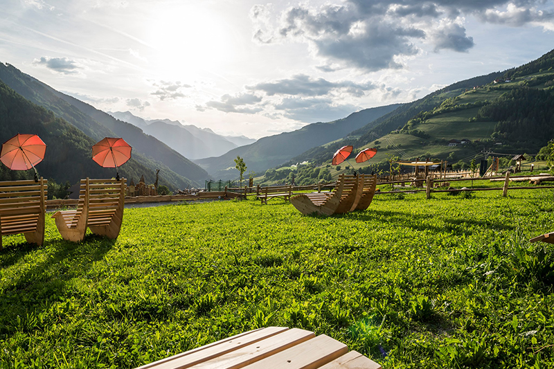 Das Hotel Bergschlössl hat die perfekte Panoramalage mit Blick über das Dorf bis in die Stubaier Alpen