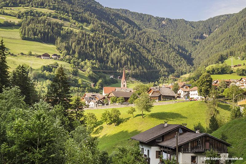 Das kleine Wanderdorf Lüsen liegt nur 9 km von Brixen ganz versteckt in den Bergen Südtirols
