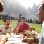 Eine Wanderjause mit Freunden darf im Urlaub nicht fehlen