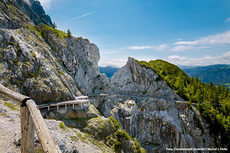 Geheimnisvoll, spannend - Eisriesenwelt in Werfen, in der Höhle ist es auch im Sommer kalt. 50 Autominuten von Eugendorf entfernt
