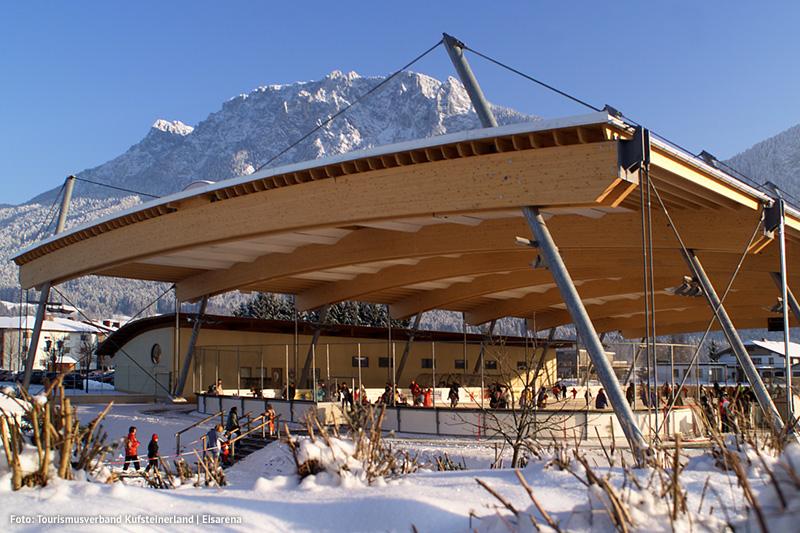 Eisarena Kufstein - Eislaufen in der überdachte Eisfläche und auf einer kanadischen Freifläche die Eisflächen sind miteinander verbunden
