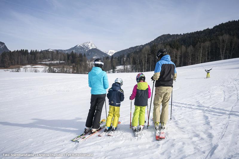 Im Skigebiet Hochfeld Schwoich steht den Kindern und Skianfängern ein kostenloser Seillift und ein Kinderkarussell zur Verfügung