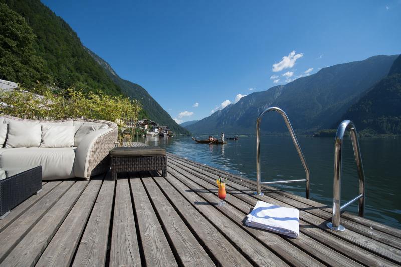 Von der Lounge direkt in den See