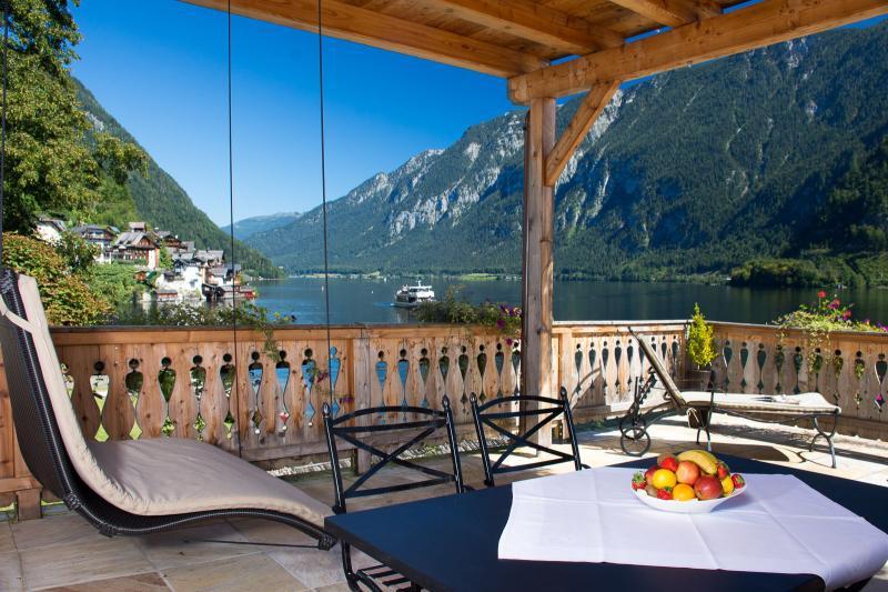 Von der großen privaten Terrasse hast Du einen  atemberaubenden Blick auf den Hallstätter See
