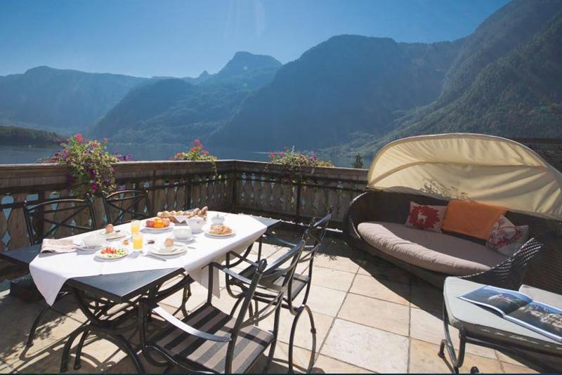 ... und großer, privater Terrasse mit Blick auf den See