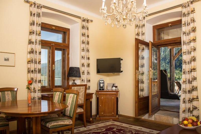 Superior Suite mit einem Wohnzimmer mit Ausgang auf die 40 m² große private Seeterrasse