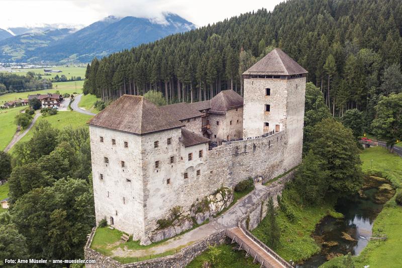 Die Burg Kaprun liegt im Herzen des Pinzgaues und erreichst Du in 15 Minuten mit dem Auto