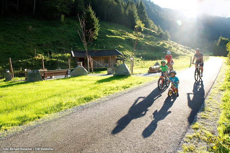 Biken mit der Familie durch sonnige Wege und atemberaubender Aussicht