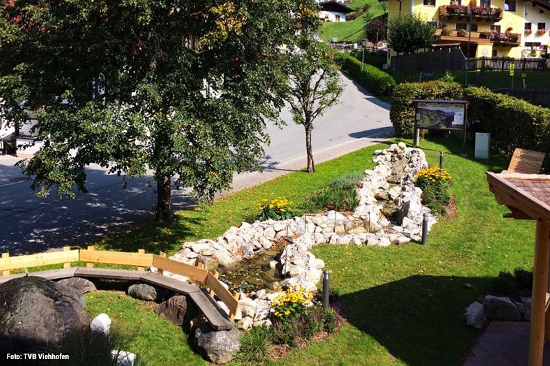 Der Dorfplatz in Viehhofen lädt zum Verweilen ein mit einer liebevoll angelegten Kneippanlage