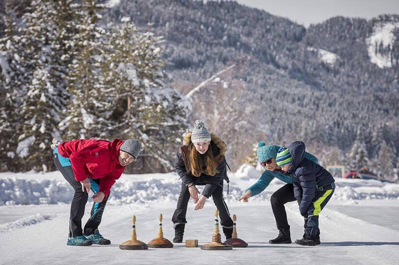 Der Weissensee bietet für das Eisstockschiessen ganzjährig optimale Bedingungen auf dem Natureis und der Asphaltstockbahn