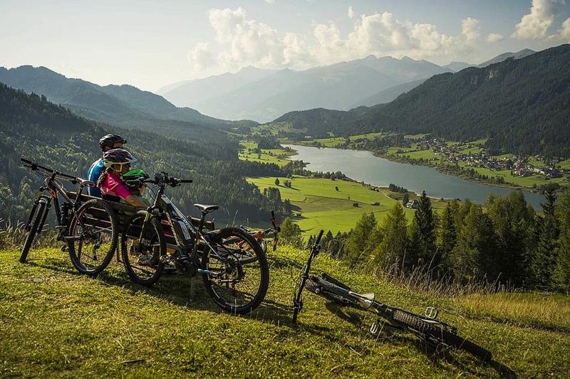 Direkt vom Ufer führen 13 Mountainbikestrecken mit 160 km Länge in die umliegende Bergwelt