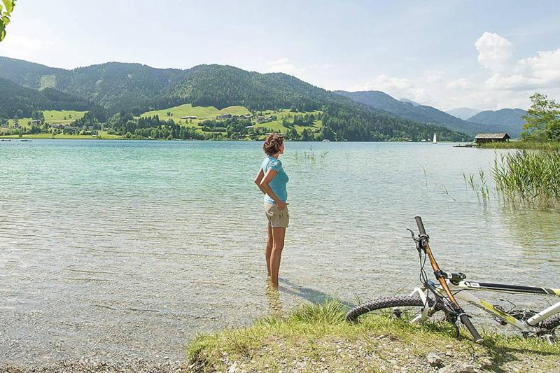 Mache eine Biketour durch das abwechslungsreiche Gelände und genieße die Pausen direkt am See
