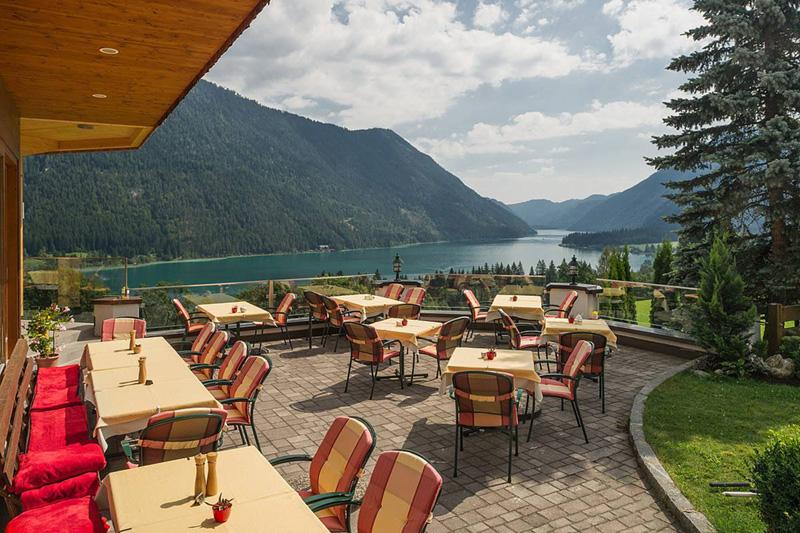 Panorama-Terrasse mit Blick auf die Gailtaler Alpen und den Weissensee