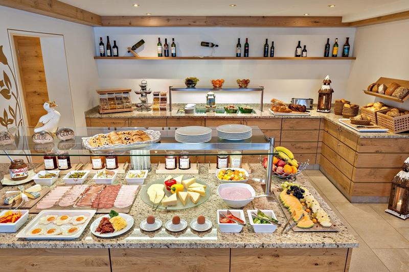 Frühstücksbuffet mit Cappucino, Espresso, Heiße Schokolade, frischgepressten Apfel-Karottensaft, Bioecke,...