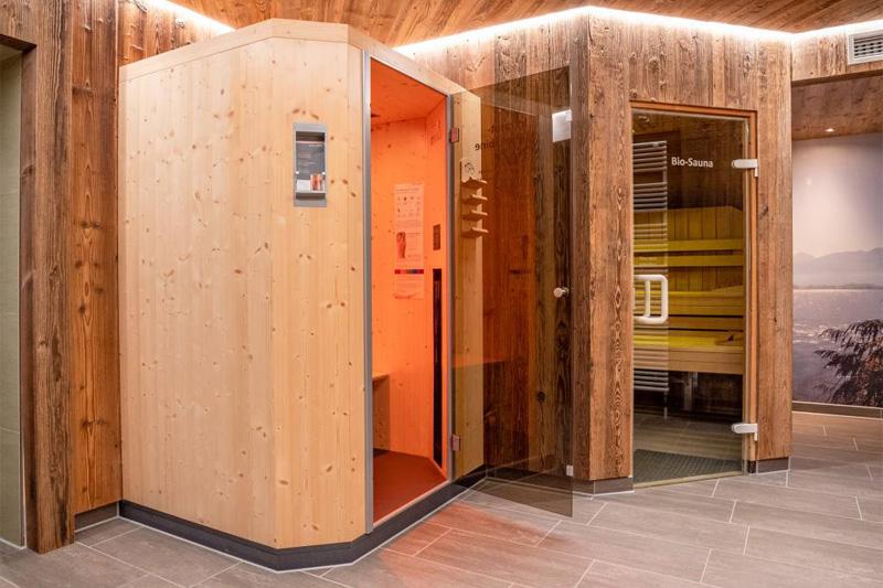 Sauna und Infrarotkabine im Garten-Spa