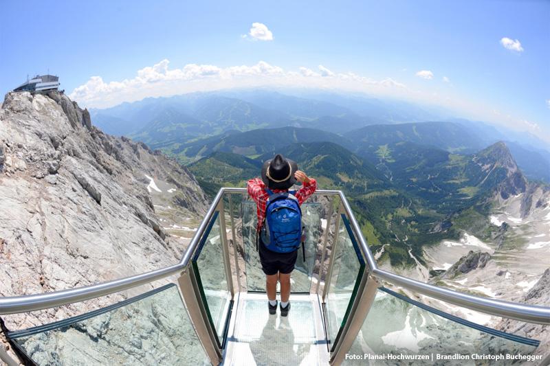 In 20 - 30 Autominuten erreichst Du die beliebten Ausflugsziele: Der Dachstein Skywalk und den Eispalast