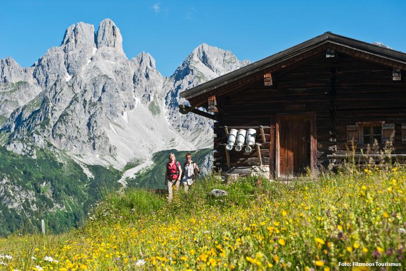 Wandern mit Blick auf die Doppelgipfel der Großen Bischofsmütze (2.458 m) und der Kleinen Bischofsmütze (2.430 m)