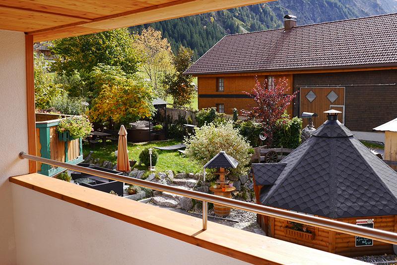 Balkonausblick in den gemütlichen Garten