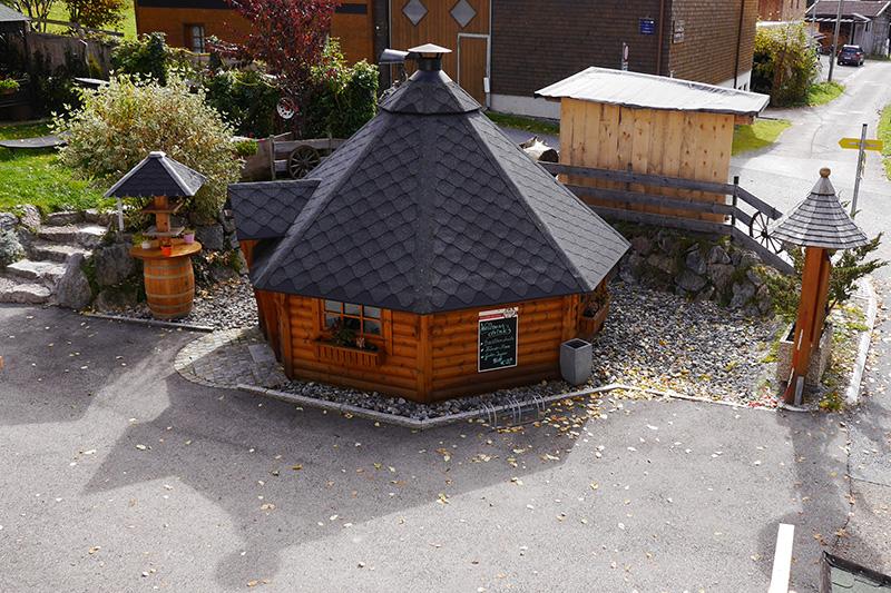 Grillhütte für 15 Personen vor der Pension