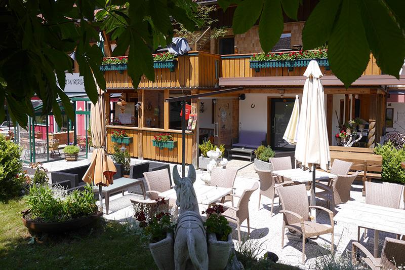 Sonnige Terrasse mit Plätzen zum gemütlichen Zusammensein