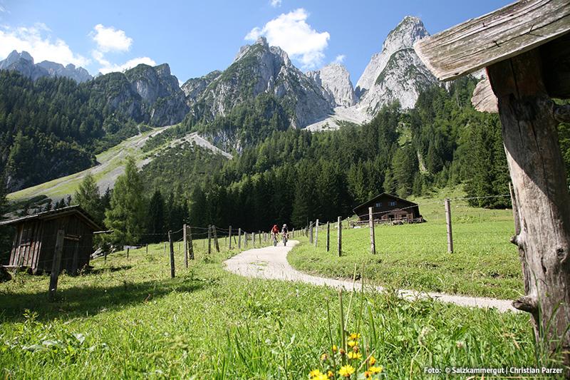 Das Dachsteinmassiv lädt zum Wandern, Klettern und Mountainbiken ein