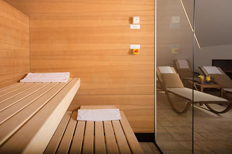 """Kleiner aber feiner SPA Bereich des Hotels mit Dampfbad und Sauna mit Sicht auf den """"Welterbeblick"""" auf dem Salzberg"""