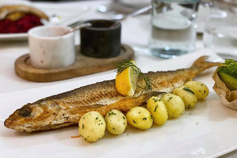 Im Restaurant Salzbaron mit seinem unvergleichlichen Blick auf den Hallstättersee kannst Du Dir Spezialitäten und fangfrische Fische aus dem See schmecken lassen