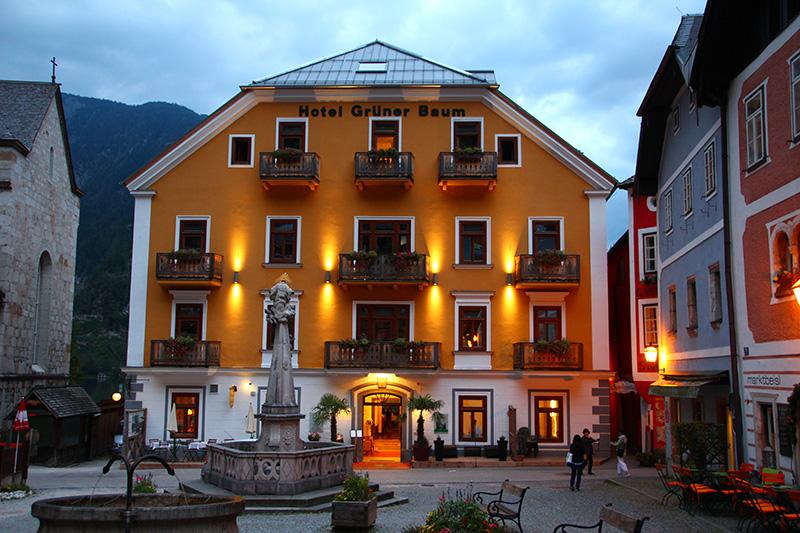 Das traditionelle Seehotel Hotel ist das wohl eindrucksvollste Gebäude am Marktplatz